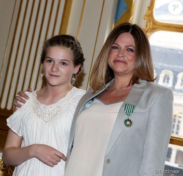 Charlotte Valandrey récompensée : elle a été faite Chevalier De L'Ordre Des Arts Et Des Lettres par la ministre de la culture, Aurélie Filippetti, en présence de sa fille Tara et de Valérie Trierweiler, à Paris, le 10 avril 2013