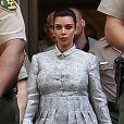 La belle Kim Kardashian, enceinte, protégée par de nombreux policiers, à la sortie du tribunal Stanley Mosk de Los Angeles dans le cadre de la procédure de divorce avec Kris Humphries, le 12 avril 2013