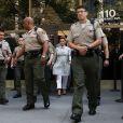 Kim Kardashian, enceinte, escortée par de nombreux policiers, à la sortie du tribunal Stanley Mosk de Los Angeles dans le cadre de la procédure de divorce avec Kris Humphries, le 12 avril 2013
