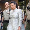 Kim Kardashian, enceinte, protégée par de nombreux policiers, à la sortie du tribunal Stanley Mosk de Los Angeles dans le cadre de la procédure de divorce avec Kris Humphries, le 12 avril 2013
