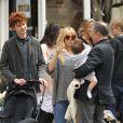 Sienna Miller dans un look improbable se balade avec son père Edwin, sa fille Marlowe et sa belle-famille à New York le 13 avril 2013