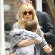 Belle journée pour Sienna Miller qui se balade avec son père Edwin, sa fille Marlowe et sa belle-famille à New York le 13 avril 2013.