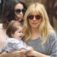 Sienna Miller se balade avec son adorable fille Marlowe dans les rues de New York le 13 avril 2013