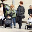Sienna Miller se balade avec son père Edwin, sa fille Marlowe  et sa belle-famille à New York le 13 avril 2013