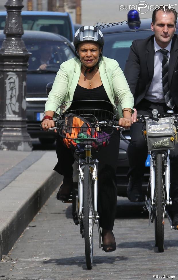 Exclusif - Christiane Taubira à vélo dans les rues de Paris, le 16 avril 2013.