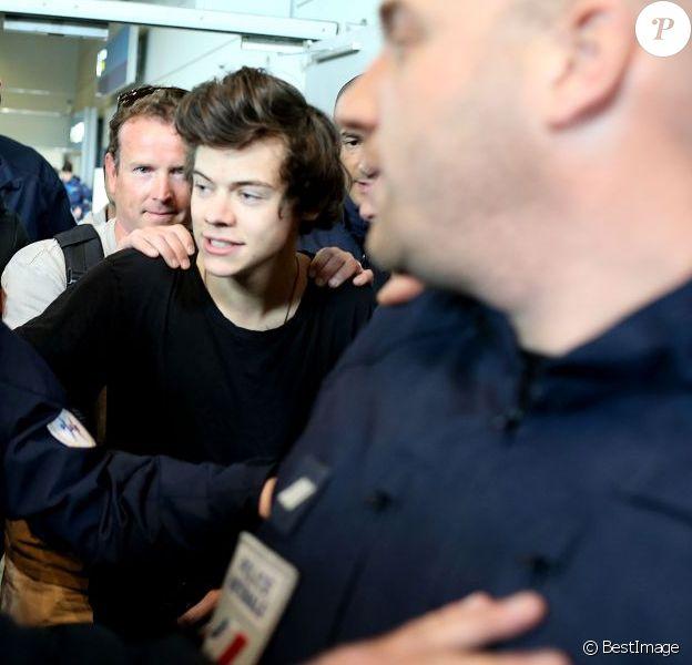 Harry Styles arrivant à l'aéroport Roissy Charles de Gaulle (Paris) sous protection policière, le dimanche 28 avril 2013.