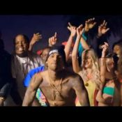 Sean Kingston, Chris Brown et Wiz Khalifa entourés de naïades dans ''Beat It''