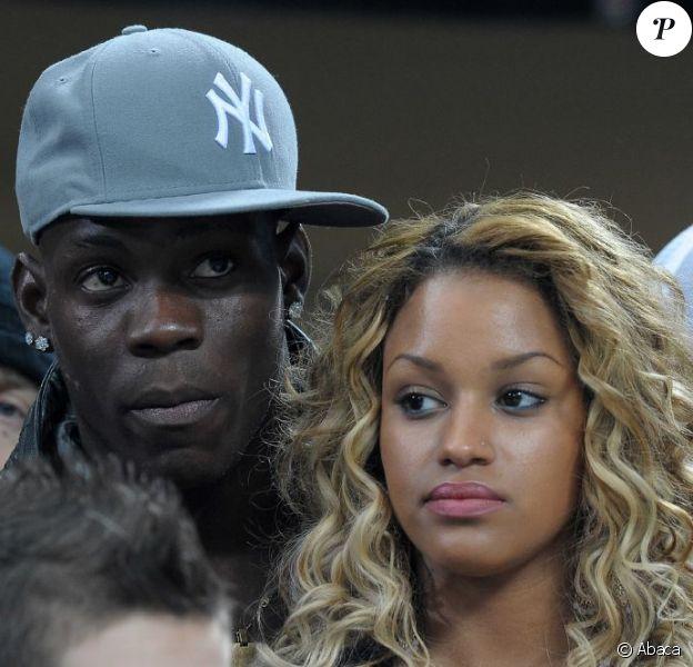 Mario Balotelli et sa compagne Fanny Nguesha lors du match entre l'AC Milan et le FC Barcelone à San Siro à Milan le 20 février 2013