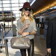 Rosie Huntington-Whiteley surprise à l'aéroport de Los Angeles, porte une marinière Lily Aldridge for Velvet, un pantalon en cuir Helmut Lang, un sac Saint Laurent et des bottines Brian Atwood. Le 15 avril 2013.