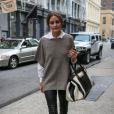 Olivia Palermo, reine du streetstyle à New York, porte avec son pantalon en cuir des bottines Report, un sac Chloé, un poncho à manches courtes Vince et une chemise blanche. Octobre 2012.