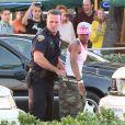 """Alors que Jennifer Lopez donnait une interview à Fort Lauderdale pour l'émission """"Entertainment Tonight"""" après le tournage de son clip, des coups de feu ont retenti. La police a procédé à des arrestations. Le 5 mai 2013."""
