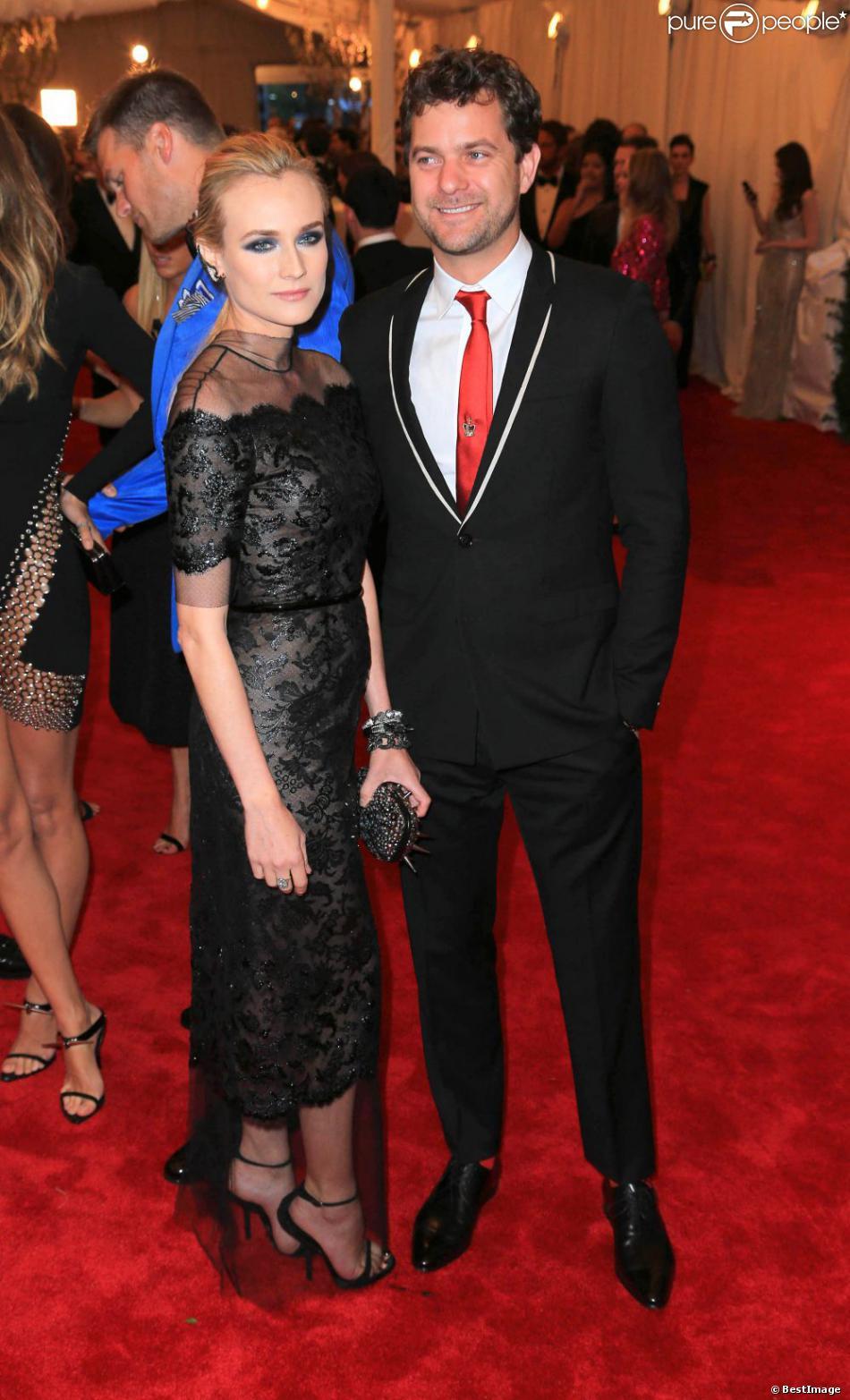 Diane Kruger ravissante en robe Chanel haute couture (collection printemps-été 2013) et Joshua Jackson assistent au gala Punk : Chaos to Couture du Costume Institute au Metropolitan Museum of Art. New York, le 6 mai 2013.