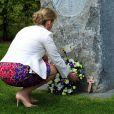 La comtesse Sophie de Wessex déposant une gerbe de fleurs le 7 mai 2013 au National Memorial Arboretum d'Alrewas, dans le Staffordshire, lors de l'inauguration du monument à la mémoire des Bevin Boys, héros de guerre dont les mérites sont enfin reconnus.