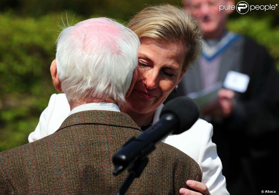 La comtesse Sophie de Wessex émue aux larmes en train de saluer l'ex-Bevin Boy Harry Sparkes, le 7 mai 2013 au National Memorial Arboretum d'Alrewas, dans le Staffordshire, lors de l'inauguration du monument à la mémoire des Bevin Boys, héros de guerre dont les mérites sont enfin reconnus.