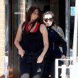 Kim Kardashian, enceinte, sort de son cours de sport avec son amie Brittny Gastineau à Los Angeles, le 11 mai 2013