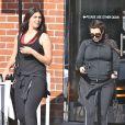 Kim Kardashian, très enceinte, sort de son cours de sport avec son amie Brittny Gastineau à Los Angeles, le 11 mai 2013