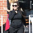 Kim Kardashian, enceinte, sort de son cours de sport dans sa tenue noire avec son amie Brittny Gastineau à Los Angeles, le 11 mai 2013