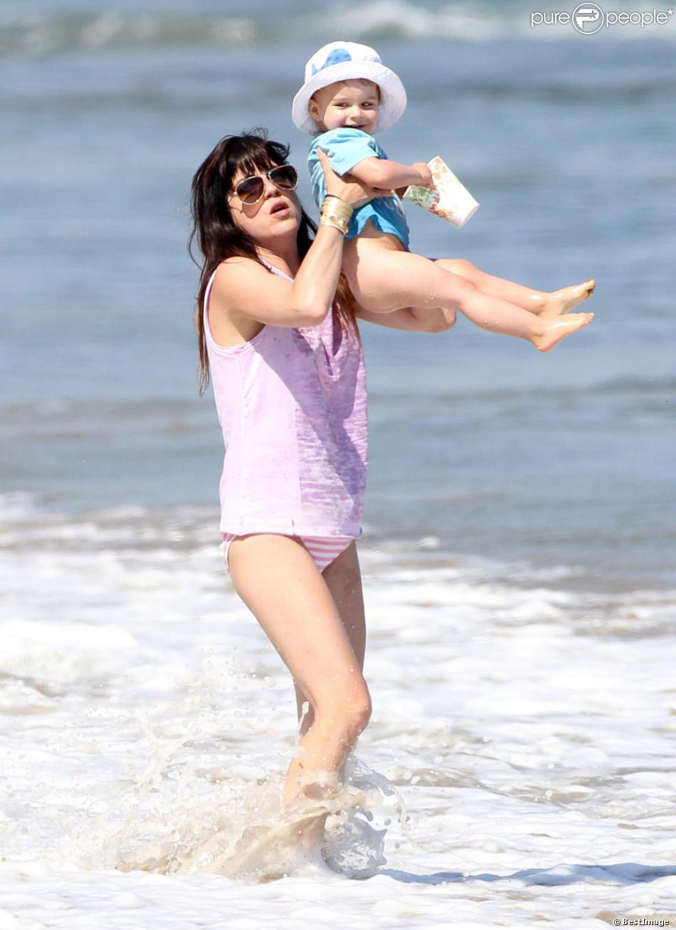 Selma Blair et son fils Arthur se sont amusés comme des fous à la plage, à Malibu, à l'occasion de la fête des mères, le 12 mai 2013.