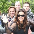 Eva Longoria quitte l'hôtel Four Seasons George V et se rend sur le plateau de l'émission de Laurence Ferrari 'Le Grand 8' en direct sur la chaîne Direct 8 à Paris le 13 mai 2013. Elle n'oublie pas de saluer ses fans