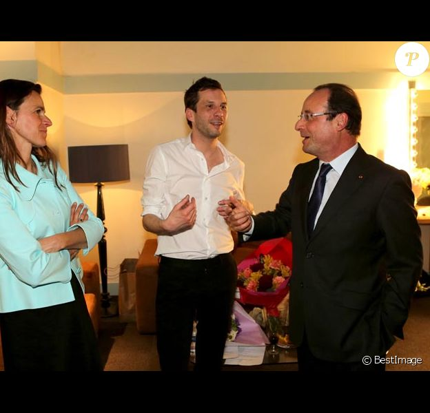 Exclusif : François Hollande félicite Alex Beaupain dans sa loge après son concert à l'Olympia en présence d'Aurélie Filippetti, ministre de la culture, le 13 mai 2013.