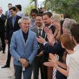 Baz Luhrmann arrive, applaudi, par son casting photocall de Gatsby le Magnifique au 66e Festival International du Film de Cannes le 15 mai 2013.