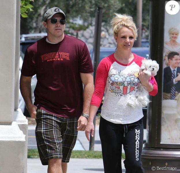 Britney Spears se balade avec son petit ami David Lucado dans les rues de Thousand Oaks, le 16 mai 2013.