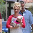 Britney Spears dans les rues de Thousand Oaks avec son chien, le 16 mai 2013.