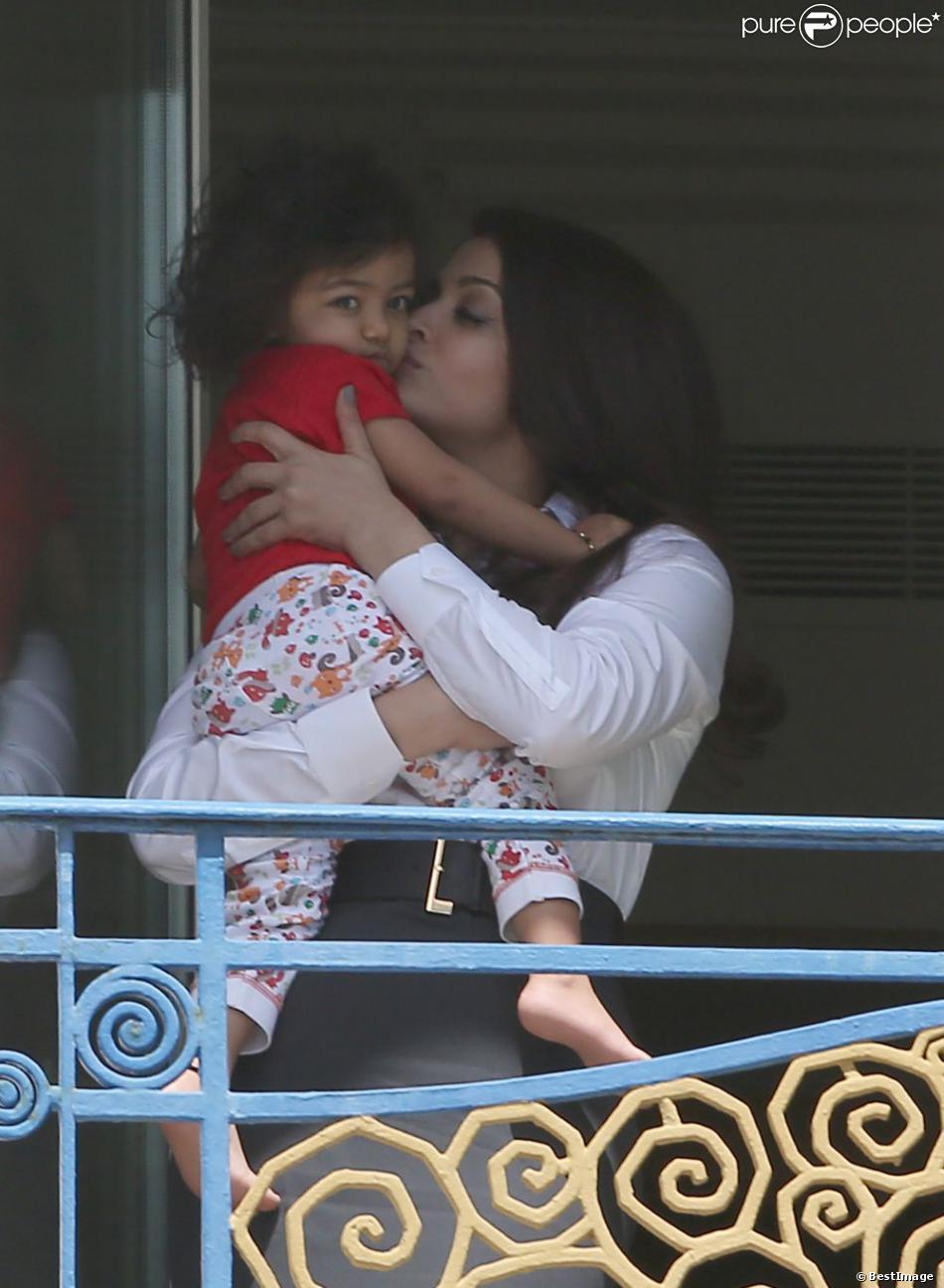 Aishwarya Rai câline tendrement sa fille Aaradhya à l'Hôtel Martinez, à Cannes le 19 mai 2013.