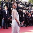 Cansu Dere sur le tapis rouge du Palais des Festivals pour la montée des marches du film La Venus à la fourrure. Cannes, le 25 mai 2013.