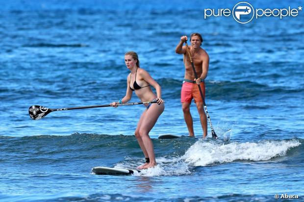 Ireland Baldwin fait du surf avec son petit ami Slater Trout à Honolulu, le 26 mai 2013.
