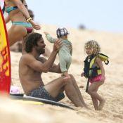 """Jack Johnson : Papa poule, papa cool à Hawaï avec Kim et leurs enfants """"cachés"""""""