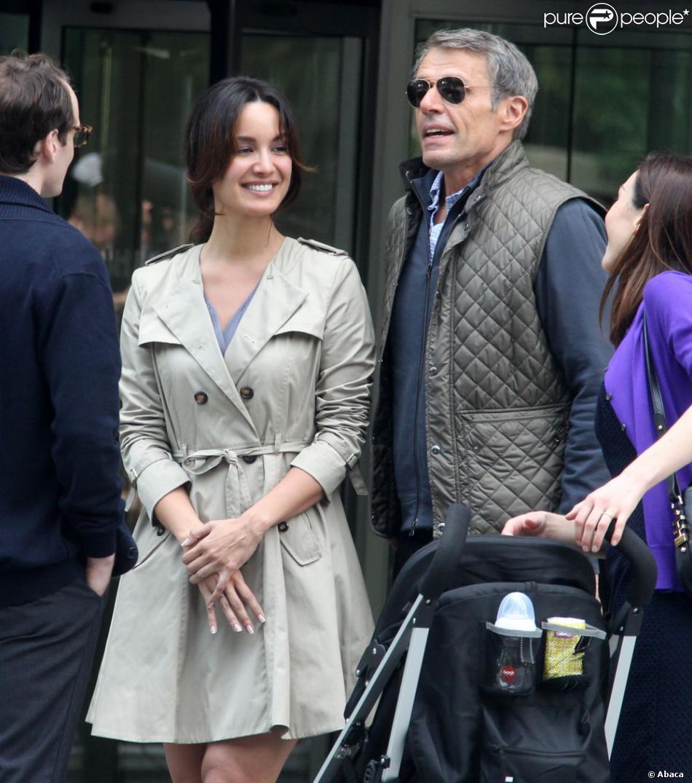 Bérénice Marlohe et Lambert Wilson en couple face à Anton Yelchin sur le tournage du film 5 to 7 au Musée Guggenheim à New York, le 29 mai 2013.
