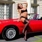 Nikki Leigh : Warm up en lingerie et Maserati, sans les docteurs Carter et Avery
