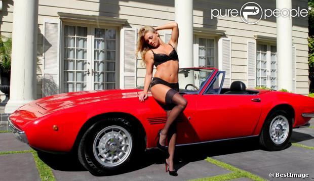 Nikki Leigh pose avec une Maserati Ghibli Spyder SS de 1970, à Brentwood, le 31 mai 2013. L'ex-playmate s'apprête justement à faire ses débuts au cinéma dans un film sur des pilotes de courses automobiles, Snake and Mongoose.