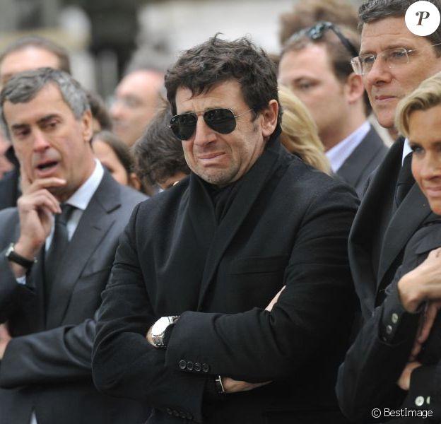 Patrick Bruel et Jérôme Cahuzac lors de l'enterrement du constitutionnaliste Guy Carcassonne au cimetière de Montmartre le 3 juin 2013 à Paris