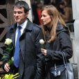 Manuel Valls et sa femme Anne Gravoin lors de l'enterrement du constitutionnaliste Guy Carcassonne au cimetière de Montmartre le 3 juin 2013