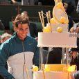 Rafael Nadal avait le sourire lorsque son gâteau d'anniversaire est arrivé sur le court Philippe-Chatrier après sa victoire en huitième de finale face à Kei Nishikori à Roland-Garros le 3 juin 2013