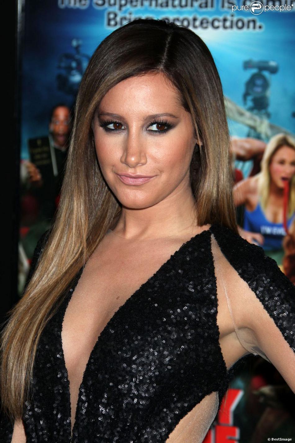 """Ashley Tisdale - Première du film """"Scary Movie 5"""" au cinéma Arclight à Hollywood. Le 11 avril 2013."""