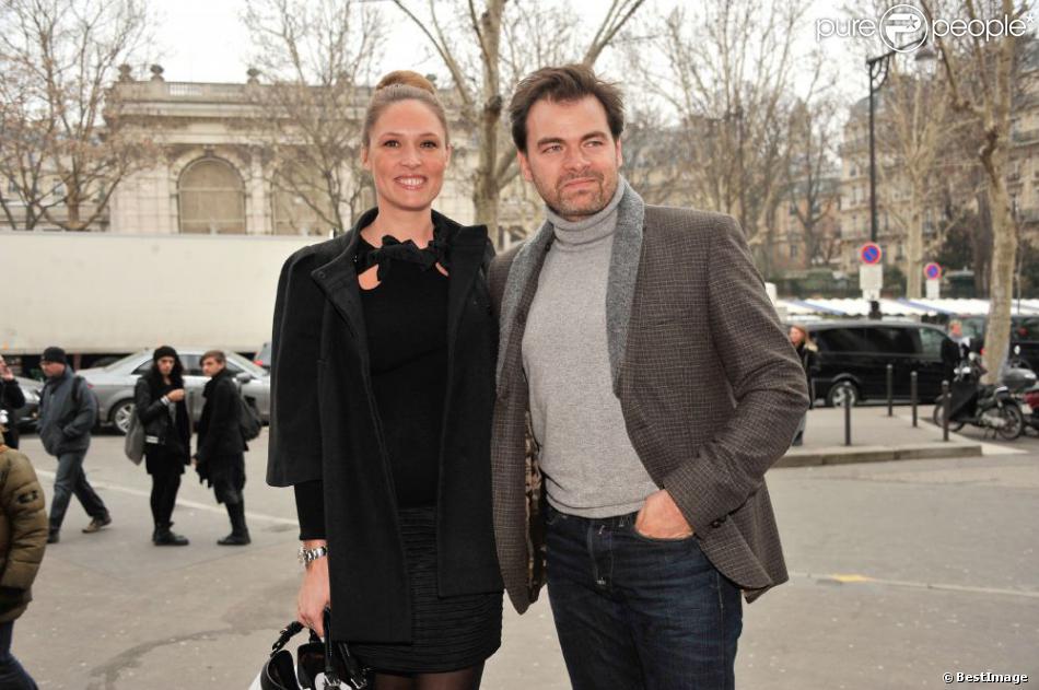 Clovis Cornillac et sa compagne Lilou Fogli (enceinte) arrivant au défilé Alexis Mabille au Palais De Tokyo à Paris le 27 février 2013