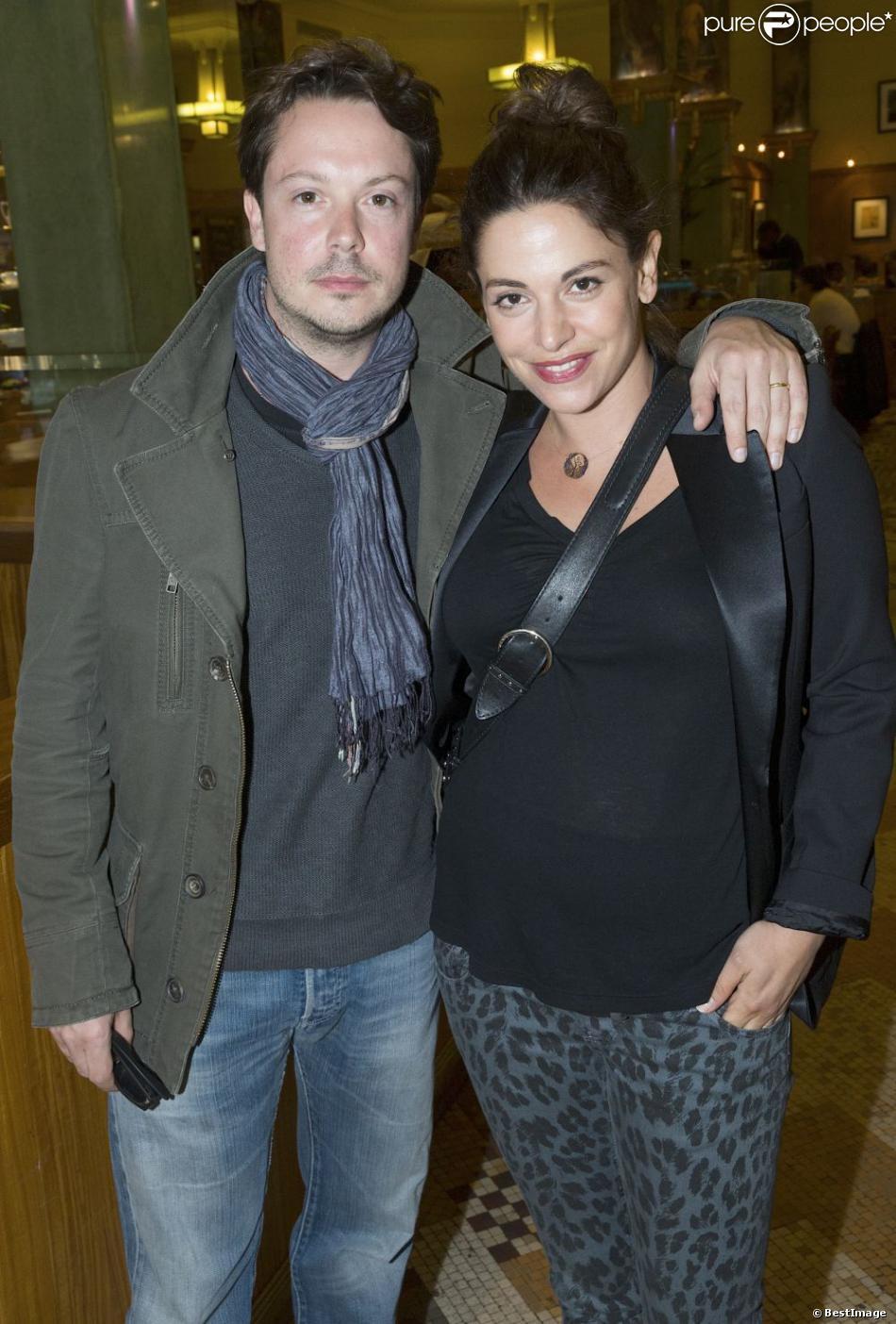 Davy Sardou et sa femme Noémie Elbaz, enceinte qui accouchera en aout de leur premier enfant, le 29 mai 2013 au théâtre Rive Gauche