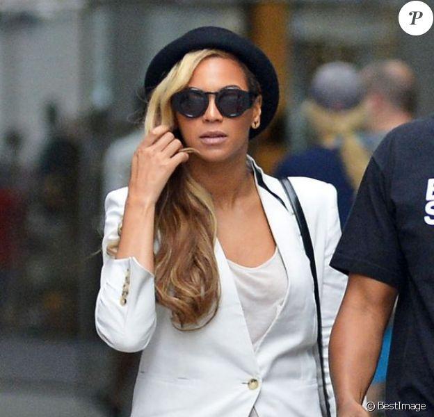 Beyoncé ultrachic à Jay-Z pour se rendre au Met Life Stadium près de New York, porte des lunettes Karen Walker, un blazer Helmut Lang, un sac Alexander Wang, un minishort en cuir et des chaussures vertes pastal. Le 2 juin 2013.