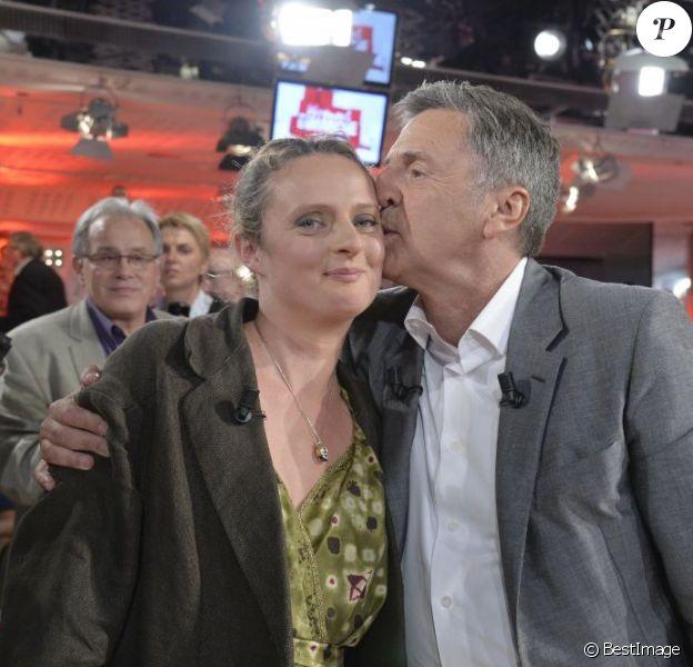 """Daniel Auteuil et sa fille Aurore - Enregistrement de l'émission """"Vivement Dimanche"""" à Paris le 4 juin 2013. L'émission sera diffusée le 9 juin sur France 2."""