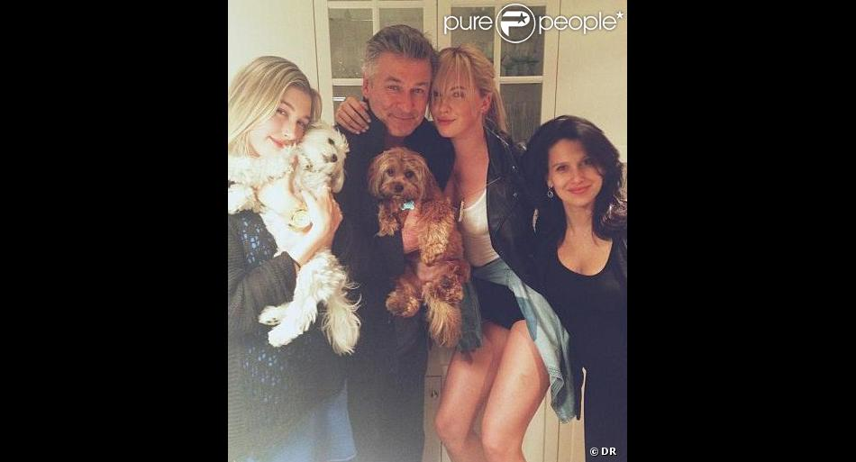 Ireland Baldwin pose avec son père Alec Baldwin, sa belle-mère Hilaria (enceinte) et sa cousine Hailey, le 6 juin 2013.
