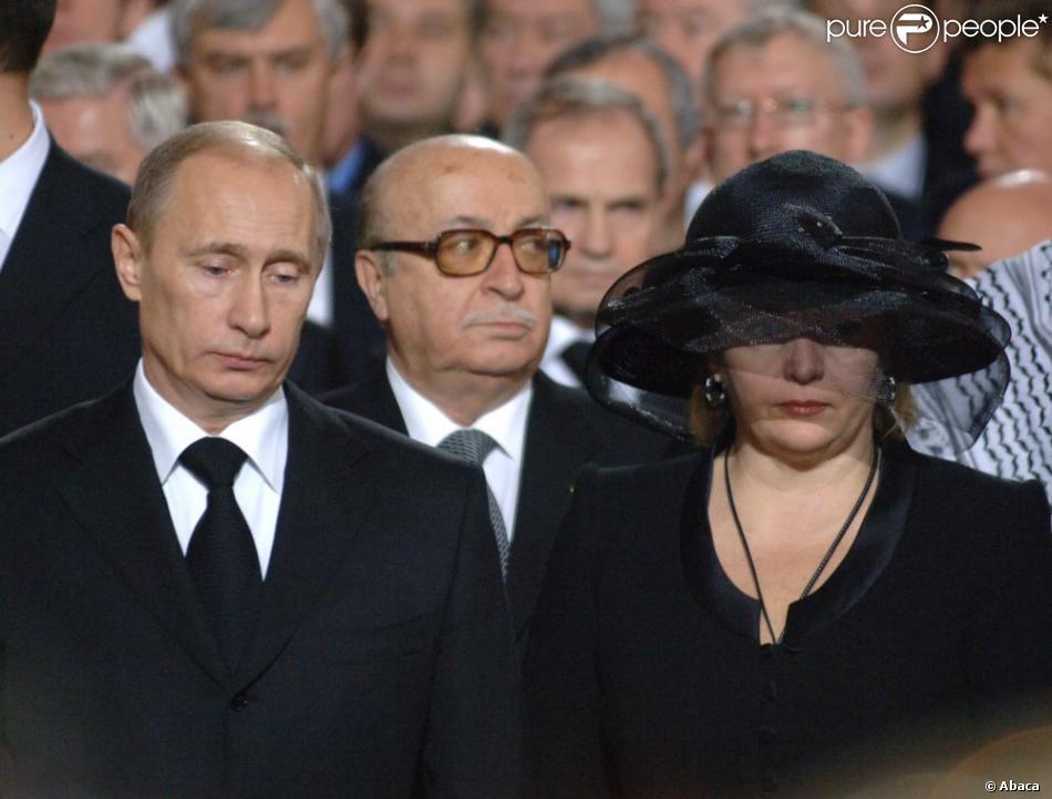 vladimir poutine et sa femme lioudmila poutina lors de la messe fun bre du patriarche de russe. Black Bedroom Furniture Sets. Home Design Ideas