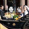La procession de la famille royale de Suède vers le parc de Skansen lors de la Fête nationale, le 6 juin 2013 à Stockholm. La princesse Madeleine et son fiancé Chris O'Neill partageaient le landau du roi Carl XVI Gustaf et de la reine Silvia, tandis que le prince Carl Philip accompagnait la princesse Victoria, le prince Daniel et la princesse Estelle.