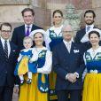 La famille royale de Suède a pris la pose au palais, à Stockholm, le 6 juin 2013, à l'occasion de la Fête nationale. Chris O'Neill, à deux jours de son mariage avec la princesse Madeleine, se joignait au roi Carl XVI Gustaf, à la reine Silvia, à la princesse Victoria, au prince Daniel et à la princesse Estelle, au prince Carl Philip et à Madeleine.