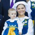 La princesse Estelle dans les bras de sa maman Victoria. La famille royale de Suède a pris la pose au palais, à Stockholm, le 6 juin 2013, à l'occasion de la Fête nationale. Chris O'Neill, à deux jours de son mariage avec la princesse Madeleine, se joignait au roi Carl XVI Gustaf, à la reine Silvia, à la princesse Victoria, au prince Daniel et à la princesse Estelle, au prince Carl Philip et à Madeleine.