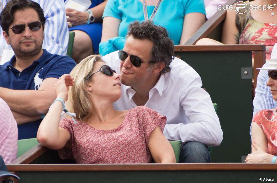 Anne-Sophie Lapix in love de son mari Arthur Sadoun dans les tribunes de Roland pour la finale dames, à Roland-Garros, Paris, le 8 juin 2013.