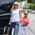 Gwen Stefani arrive avec son fils Kingston au goûter d'anniversaire d'Honor, la fille de Jessica Alba. Los Angeles, le 8 juin 2013.
