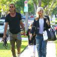 Gwen Stefani, son mari Gavin Rossdale et leurs fils vont dans la maison des parents de la chanteuse. Los Angeles, le 8 juin 2013.